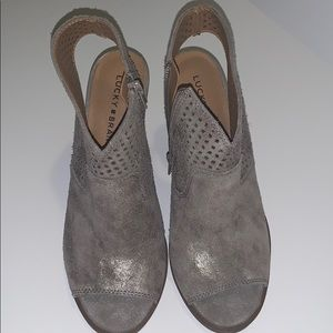 LUCKY BRAND: Booties 8.5 in Silver suede
